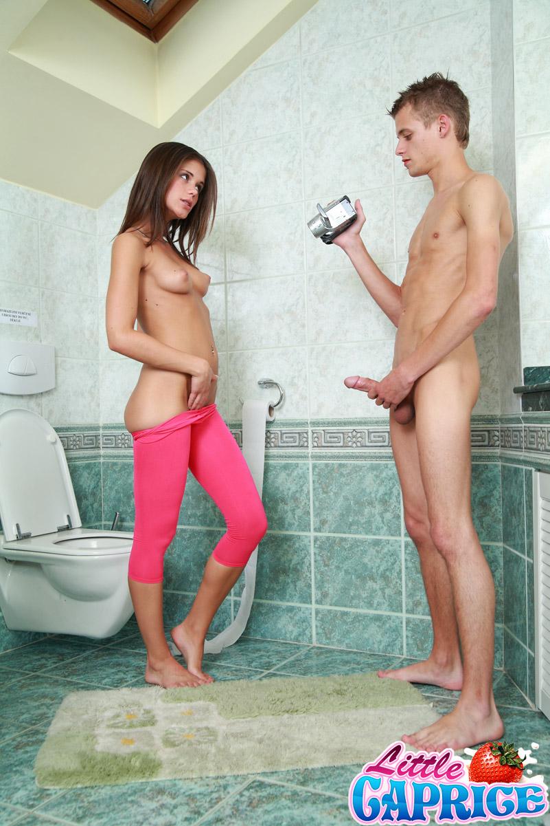 Секс в туалете с сестрой